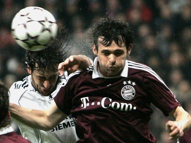 Willy Sagnol (vpravo) v souboji s Raúlem při utkání Ligy mistrů v Madridu.