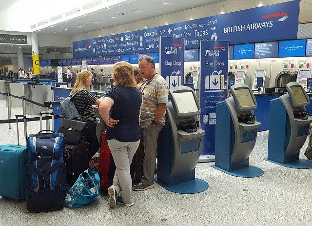 Cestující na londýnském letišti Gatwick marně čekají na odlet s British Airways.