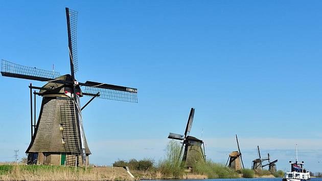 Cesta lodí po Nizozemí. Turista uvidí i typické větrné mlýny. Ilustrační foto.