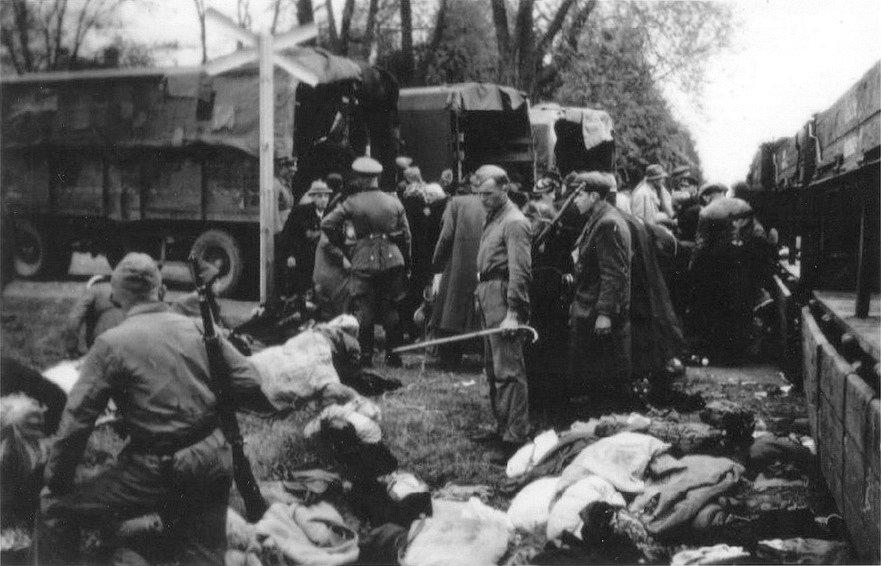 Třídění majetku židovských obětí v Chelmnu v roce 1942