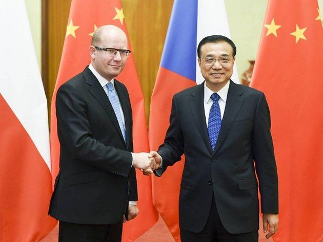 Přijetím s vojenskými poctami u čínského premiéra Li Kche –čchianga v sídle čínského parlamentu v Pekingu skončila včera téměř týdenní cesta českého ministerského předsedy Bohuslava Sobotky (ČSSD) po Říši středu.
