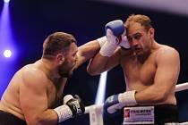Ruslan Čagajev (vlevo) a Francesco Pianeta v zápase o titul profesionálního mistra světa v těžké váze organizace WBA.