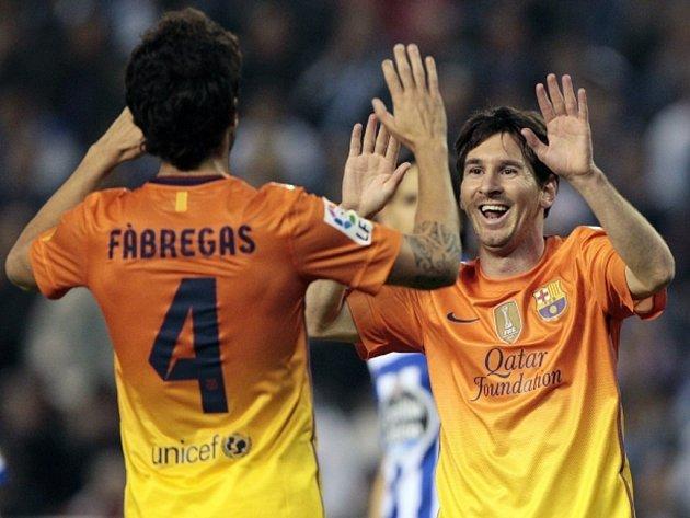 Hvězda Barcelony Lionel Messi (vpravo) se raduje se Cesc Fábregasem z hattricku proti La Coruně.