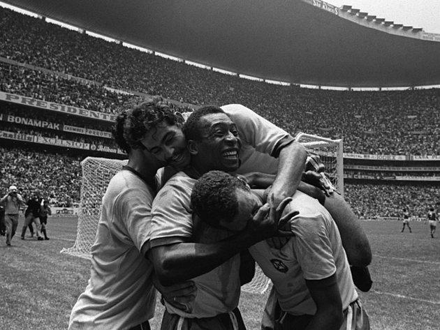 Legendární Pelé (uprostřed) se raduje z gólu proti Itálii ve finále mistrovství světa 1970.
