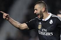 Karim Benzema z Realu Madrid se raduje z gólu proti Elche.