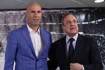 Zinédine Zidane (vlevo) a prezident Realu Madrid Florentino Pérez.