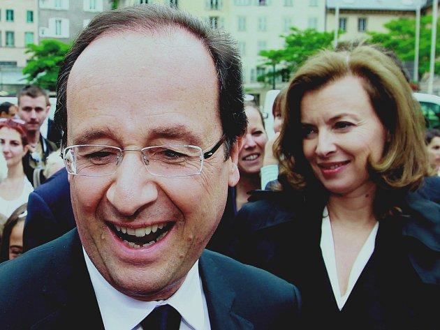 Francouzský prezident François Hollande a jeho partnerka Valerie Trierweilerová (vlevo) šli volit s očividně dobrou náladou. Po zveřejnění výsledků vypukly v otevřený jásot i davy jejich příznivců.