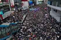 Pochod prodemokratických demonstrantů Hongkongem 1. ledna 2020