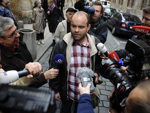 Bývalý olomoucký řidič MHD Roman Smetana odsouzený za pokreslení volebních plakátů přichází 16. října mezi novináři na policejní služebnu v centru Prahy, aby podal vysvětlení, proč nenastoupil do vězení.