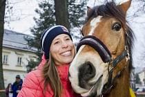 Olympijská vítězka ve snowboardcrossu Eva Samková dostala ve Vrchlabí vysněného koně.