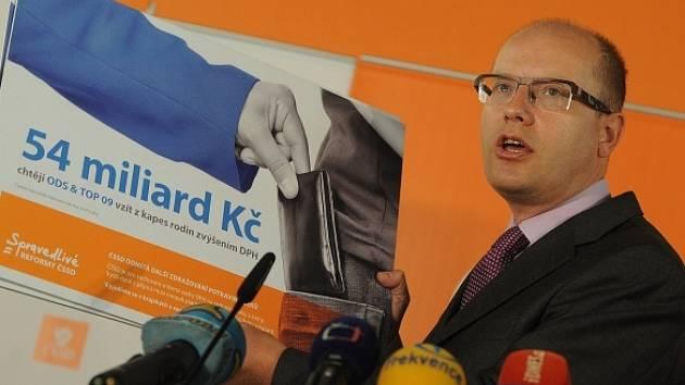 Sobotka prohlásil na tiskové konferenci, že sociální demokraté nechtějí vést kampaň proti církvím, ale proti vládnímu návrhu na církevní restituce, tedy proti ODS a TOP 09.