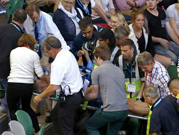 Tchán Andyho Murrayho Nigel Sears zkolaboval během zápasu své svěřenkyně Any Ivanovičové na Australian Open a musel být s kyslíkovou maskou převezen do nemocnice.