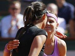 Lucie Šafářová(vpravo) přijímá gratulace od Any Ivanovičové.