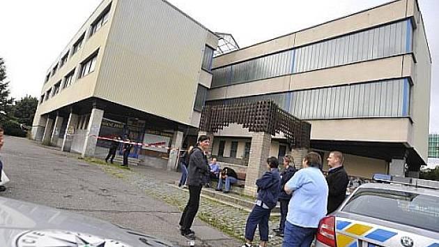 Policie v pátek evakuovala budovu České pošty v pražských Stodůlkách v ulici Hábova kvůli nálezu podezřelého balíčku.
