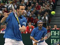 Francouzský pár Michael Llodra (vlevo) a Arnaud Clément ve finále Davis Cupu.