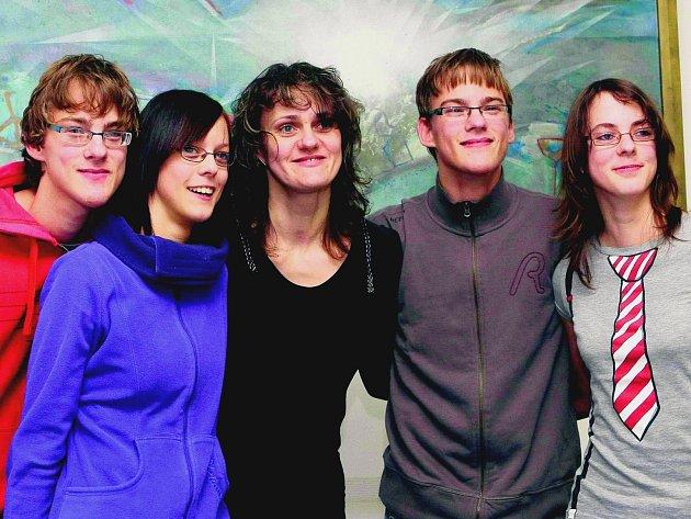 Zleva David, Lenka, Štěpán a Lucie s maminkou Jitkou Ondráčkovou (uprostřed). Do osmnáctin chodili každý rok slavit narozeniny na havlíčkobrodskou radnici.