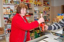 Vedoucí a prodavačka v jedné osobě Václava Hlaváčková za pultem prodejny v Dlažkově na Klatovsku, kterou provozuje tamní obecní úřad, aby si zejména starší lidé měli kde nakoupit.