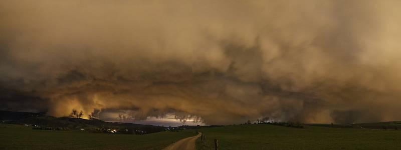 Lovec bouřek Filip Petržílek fotografuje za extrémního počasí nejen blesky. Na snímku zadní shelf bouřky.