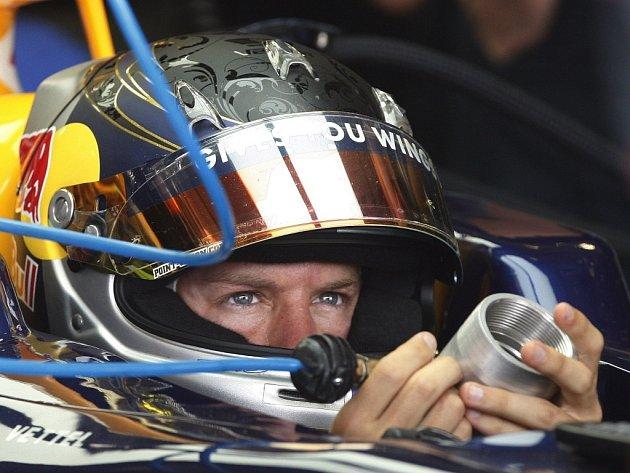 Německý pilot Sebastian Vettel ze stáje Red Bull ovládl oba dva tréninky i kvalifikaci na Velkou cenu Velké Británie.