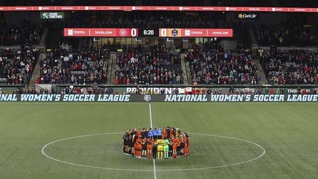 Fotbalistky v zámořské NWSL krátce přerušily hru, aby projevily solidaritu s kolegyněmi, které promluvily o sexuálním zneužívání od trenérů.