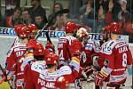 Hokejisté Třince se radují z vítězství nad Vítkovicemi.