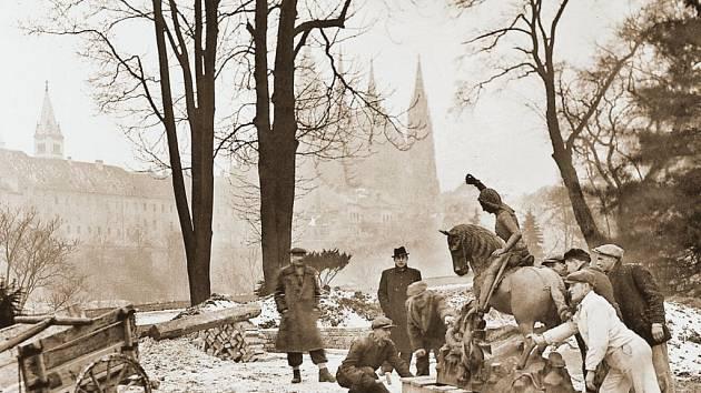 UKRYVÁNÍ. Neznámý fotograf zachytil roku 1944 ukrývání sochy sv. Jiří v Královské zahradě. Technika bromostříbrný papír, majitel Národní památkový ústav.