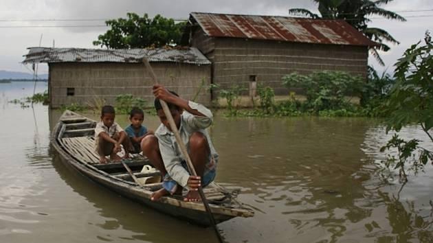 Nejméně 172 lidí zahynulo o tomto víkendu v Nepálu a v severní Indii při záplavách a následných sesuvech půdy způsobených monzunovými dešti.
