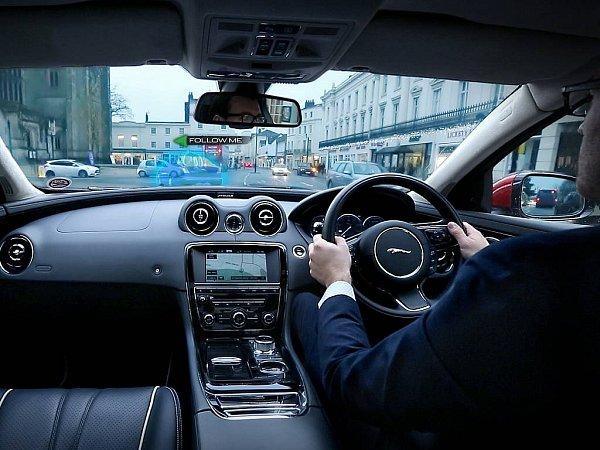 Automobilka Jaguar Land Rover vyvíjí navigaci umožňující sledovat virtuálního navigátora.
