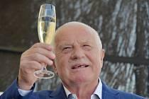 Bývalý prezident Václav Klaus v neděli  slavil pětasedmdesáté narozeniny v tenisovém klubu na pražském ostrově Štvanice. Mezi dvěma stovkami gratulantů byli politici, umělci i kardinál Dominik Duka.