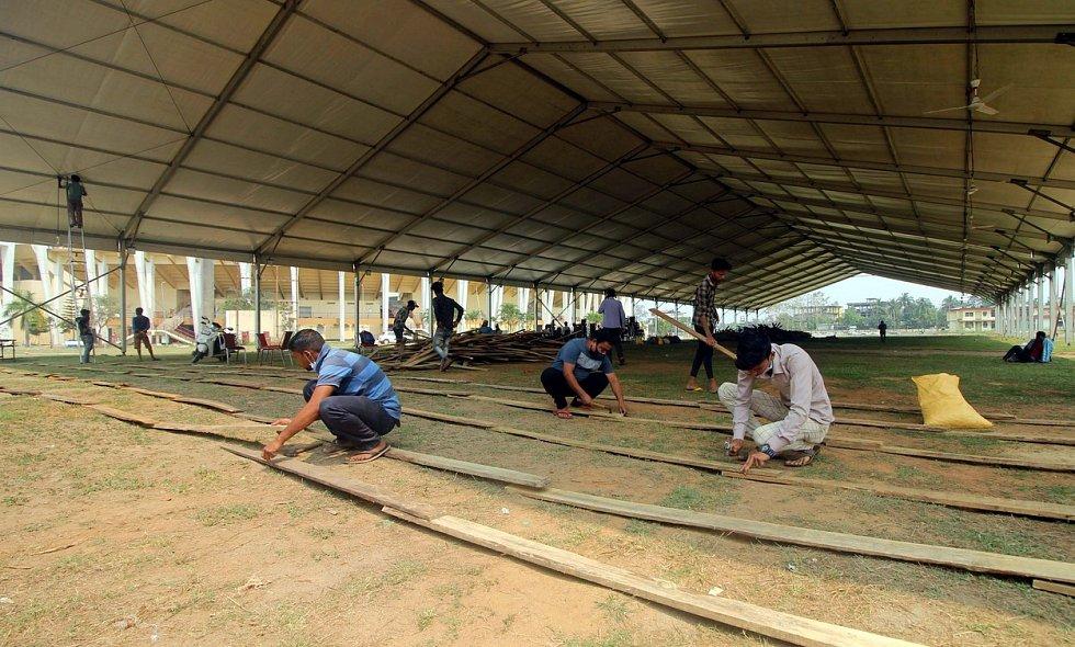 Lidem, kteří se nakazili koronavirem, poslouží také prostranství před atletickým stadionem Indíry Ghándíové v indickém Guwahati