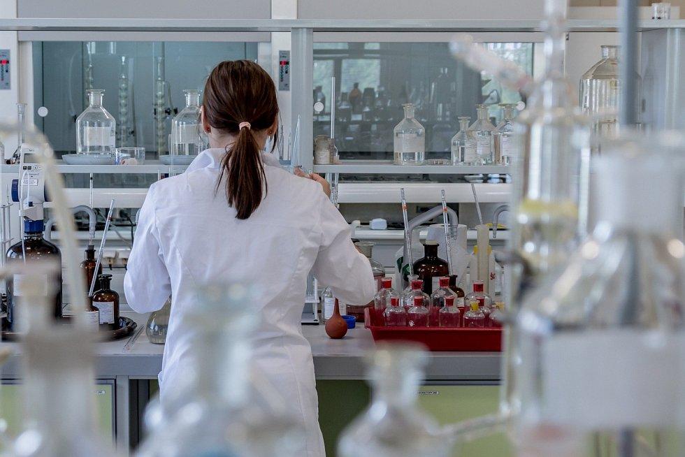 Laboratoř, výzkum léků. Ilustrační foto