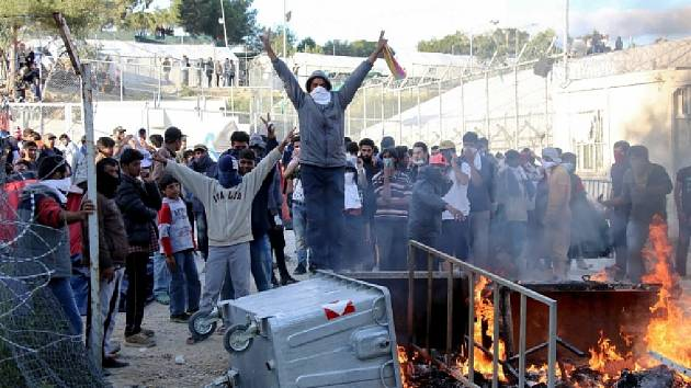 Rok 2016. Nepokoje v Morii vypukly poté, co se po dvoutýdenní přestávce začali opět odvážet běženci do Turecka v rámci návratového programu.
