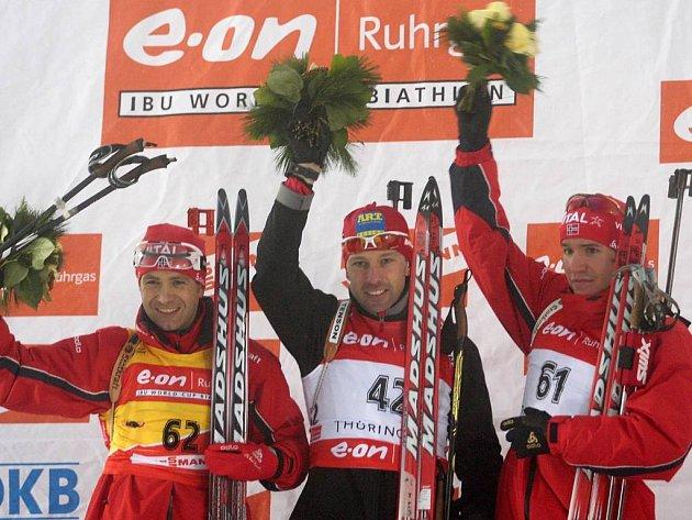 Polák mezi dvěma Nory. Vítěz SP v biatlonu ve sprintu na 10 km Tomasz Sikora na pódiu s Ole Einarem Björndalenem (vlevo) a Emilem Heglem Svendsenem.