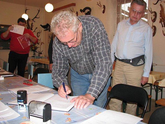 Miloš Zeman podepisuje poslední z dokumentů při založení Strany práv občanů. V Hodoníně na Slováckém statku Jana Fencla.