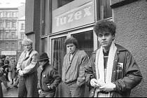 """Z knihy Poslední revoluce - Z natáčení filmu Bony a klid. Na konci osmdesátých let vznikaly """"sociálně kritické"""" snímky o mladých pro mladé. Některé jsou oblíbené dodnes."""