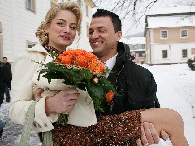 I přes velkou zimu a chumelenici se v Novém Boru poprvé konala česko-brazilská svatba. Novoboračka Simona Šebová řekla své ano rodáku z brazilského Jacarezinha Rogériu Cardosovi.