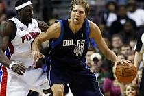 Dirk Nowitzki (v modrém dresu Dallasu) se snaží přejít přes bránícího Bena Wallace z Detroitu.