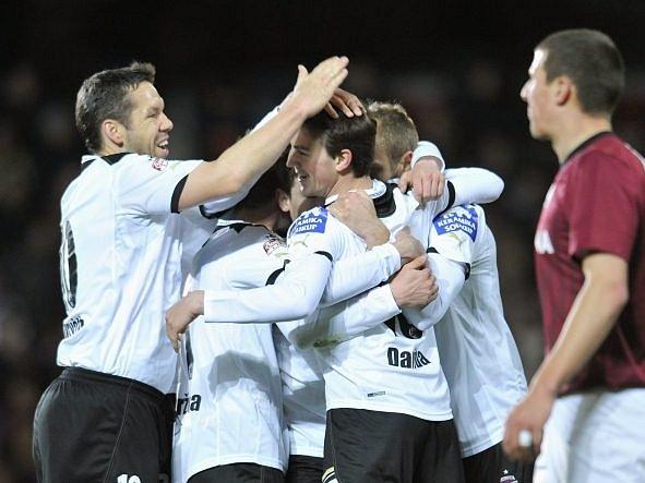 Fotbalisté Plzně se radují z gólu do sparťanské branky.