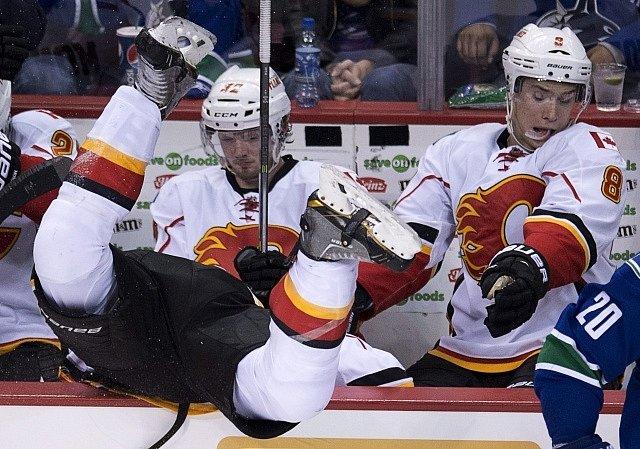 Lance Bouma z Calgary byl poslán na střídačku v nepříjemné pozici