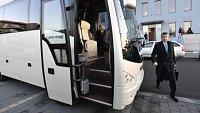 Andrej Babiš míří autobusem do Lán.