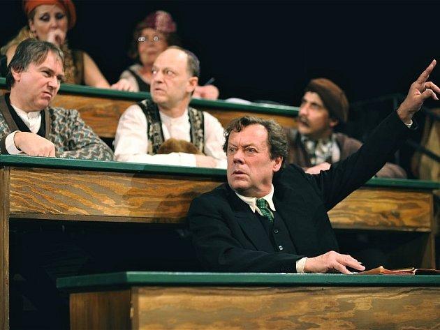 V současné inscenaci Pan kaplan má třídu rád exceluje Oldřich Vízner.