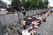 Ve Varšavě se dnes sešly demonstranti apelující mimo jiné i na prezidenta Andrzeje Dudu, aby nový zákon o nejvyšším soudu svým podposem nestvrzoval.