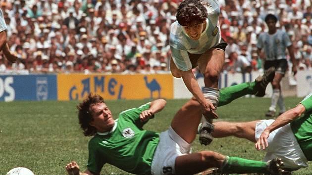 Diego Maradona v souboji s Lotharem Matthäusem ve finále MS 1986 v Mexiku, ve kterém Argentina slavila titul po výhře 3:2 nad Německem.