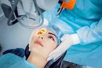 Operace šedého zákalu - za deset minut hotovo.