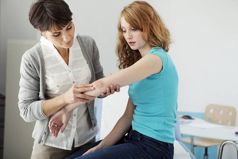 U psoriatické artritidy většinou chybí vkrvi nemocného revmatoidního faktoru. To je protilátka, která se ve zvýšené koncentraci vyskytuje právě u pacientů srevmatickým onemocněním.