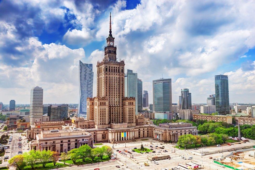 Varšava, letecký pohled na Palác kultury a vědy a obchodní mrakodrapy.