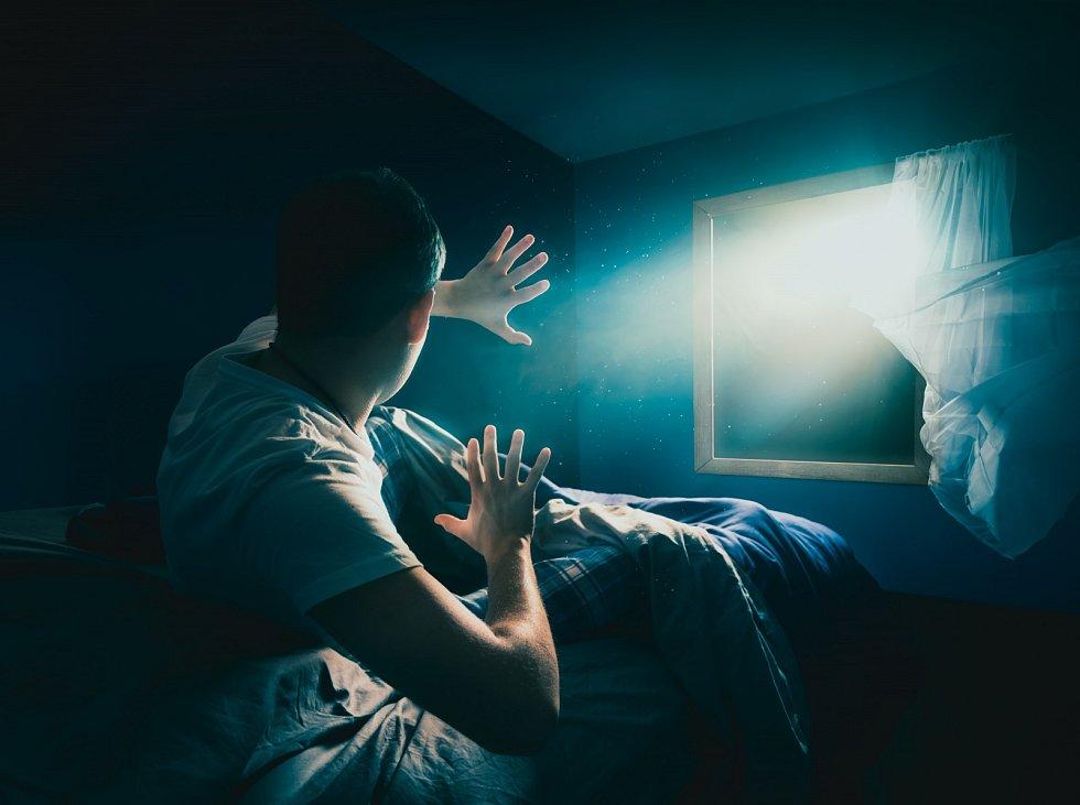 Psychologové věří, že mnoho nočních děsů má souvislost s reálným životem pacienta a že nevyřešený zážitek z minulosti se podvědomě do snů promítne.