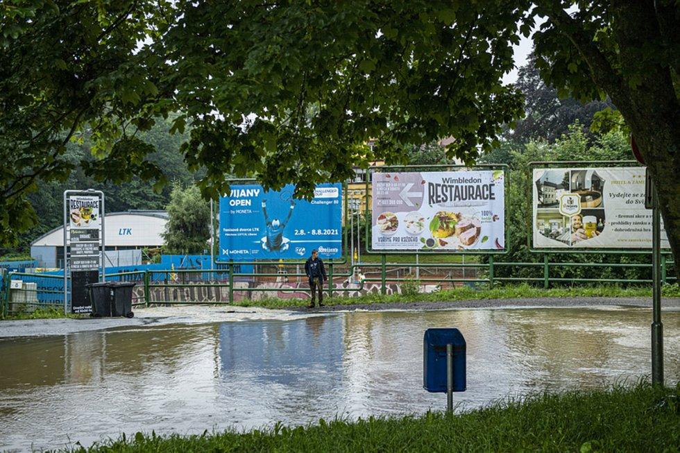 Ve Fibichově ulici v Liberci se vytvořila 17. července 2021 při silném dešti laguna a je neprůjezdná