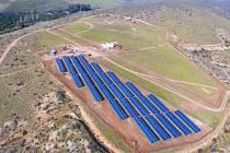 Pilotní část elektrárny je kompletně dokončená a začne dodávat proud do sítě vsrpnu, postupně budou ještě dosazovány další panely, takže na konci roku bude instalovaný výkon elektrárny na finálních 3,3 MWp.