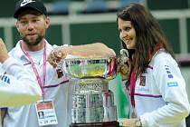 Rob Steckley po boku Lucie Šafářové na snímku po úspěšném finále Fed Cupu